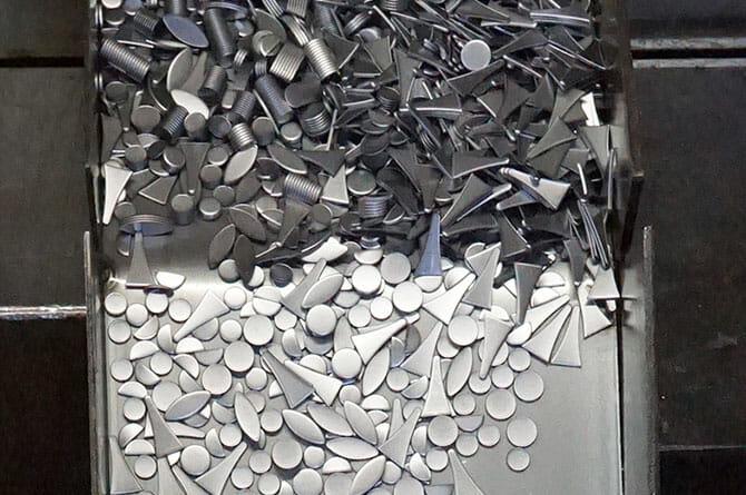 成形過程で抜き落とされる鉄板