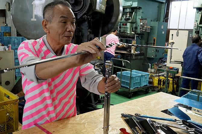 永塚製作所にて工場長による説明、トングの支点を真円にする工夫がこの波