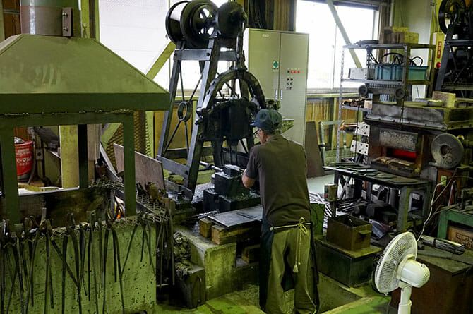 タダフサにて、ガス炉で800〜900度に熱した鋼材を叩き、成形する鍛造の工程