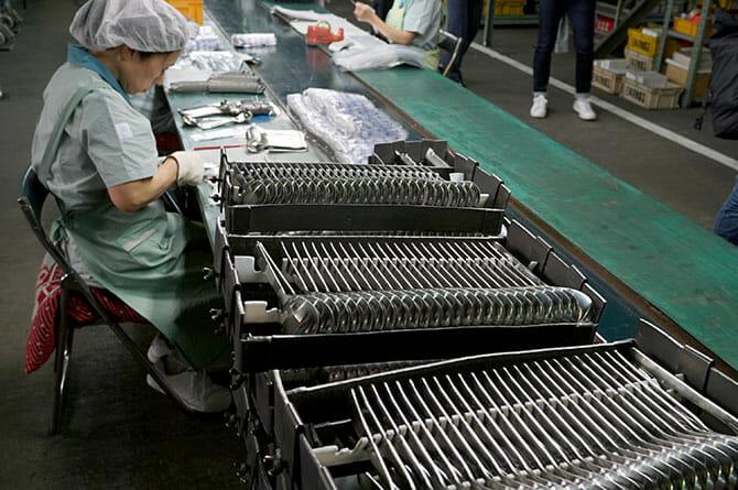 日本洋食器にて、一つひとつ梱包する、トレイは傷をつけないように樹脂製