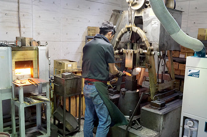 藤次郎にて、工房で職人の手により生み出される包丁
