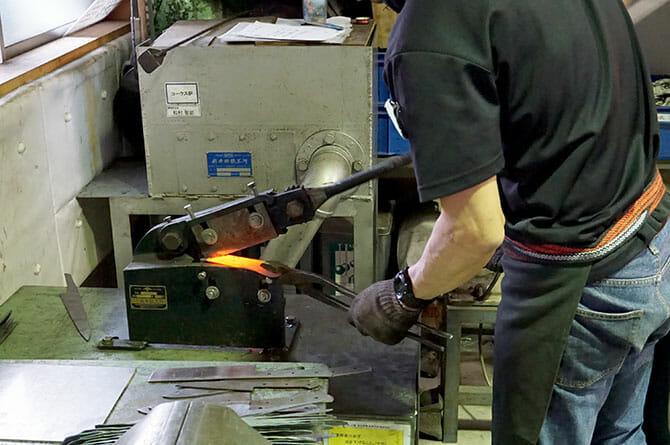 藤次郎にて、鍛造直後の包丁の原型は飴のように切れる