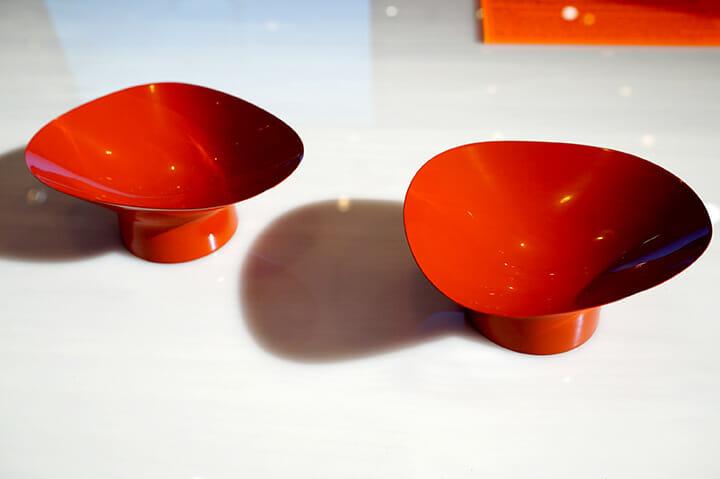 「AnyTokyo 2015」、ビジュアルデザインスタジオWOWによるプロジェクト「BLUEVOX!」による、素地をなくし漆だけで作られた器「SHIZUKU」