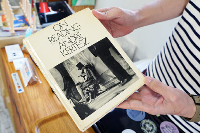 店名の由来になった、アンドレ・ケルテスの写真集「ON READING」