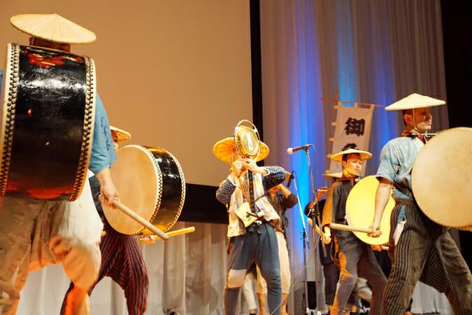企画発表会では、「大地の芸術祭」にも参加した切腹ピストルズによる和楽器の演奏が行われた