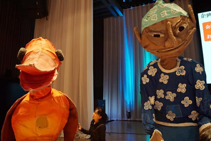 切腹ピストルズの演奏に合わせて、国際的に活躍するパフォーミンググループ、スナッフ・パペッツ(オーストラリア)の巨大人形も登場