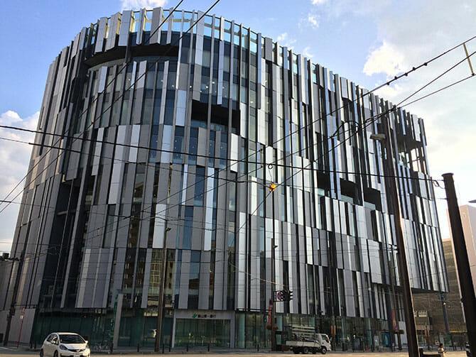 TOYAMA キラリ 富山市ガラス美術館、圧倒のガラス作品と隈研吾の建築