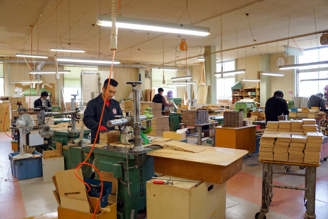 ヤマト工芸の工場の様子、黙々と丁寧に作業する社員の方たちの姿が印象的