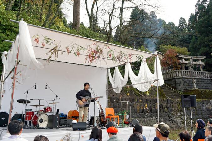 「河和田 秋の実りの音楽会 平成27年度 まちかど歴史浪漫コンサート」での、王舟さんのライブパフォーマンス