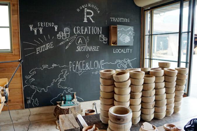 ろくろ舎の目指す、「ものづくり」のあり方が黒板に描かれている。「SUSTAINABLE」のスペルミスはご愛嬌