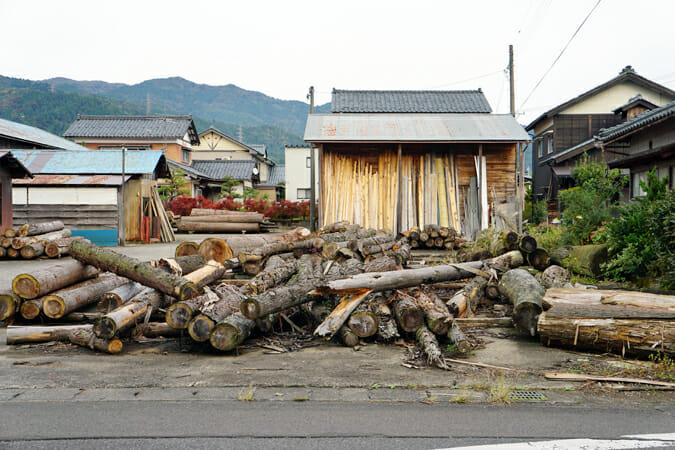 ろくろ舎の目の前にある「五十嵐木材」。この間伐材から「TIMBER POT」がつくられる
