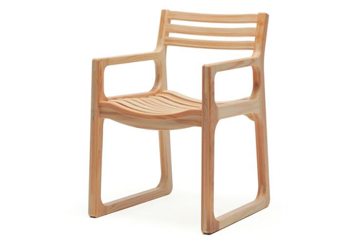 国産材を使った家具作りをする代表的なメーカーであるワイス・ワイス。その「KURIKOMA」は、家具用材として用いられることがほとんどなかった小径木や間伐材を含む杉材を使った椅子