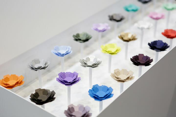 IFFT/インテリア ライフスタイル リビングには家具と共に様々なインテリア商材の提案も集まる。これはイド(id inc.)による花をモチーフとした形状の磁石「HANA」