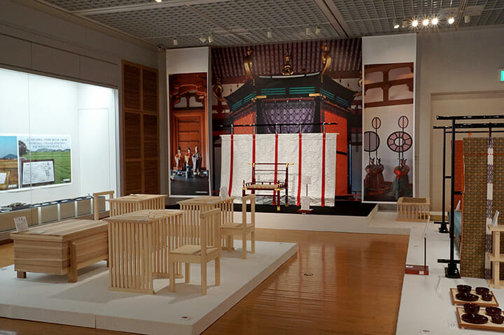 飛騨・世界生活文化センター「ミュージアム飛騨」の展示、遣隋使や遣唐使の時代、中国文化を取り入れて宮廷には椅子等があった