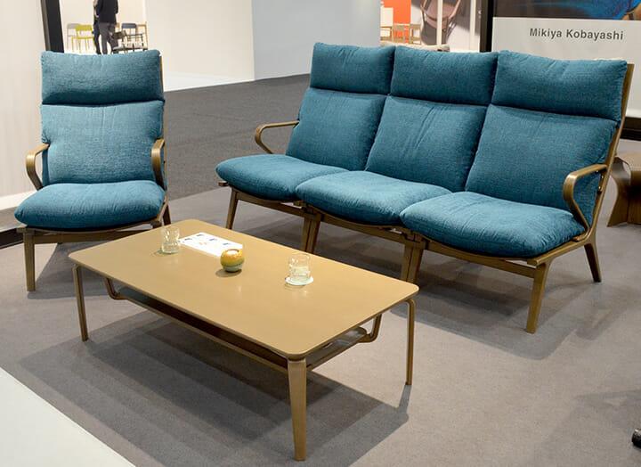 天童木工「DAN」軽快な成形合板のフレームにゆったりとしたクッションで構成した椅子、デザインは小林幹也氏 photo:天童木工
