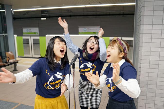 川内駅に隣接する、東北大学の学生ゴスペルサークル「GO∞HIP」がゴスペルを披露