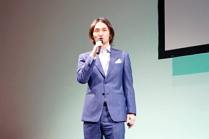 「WEプロジェクト」の概要を説明する、プロデュースメンバーの志伯健太郎氏