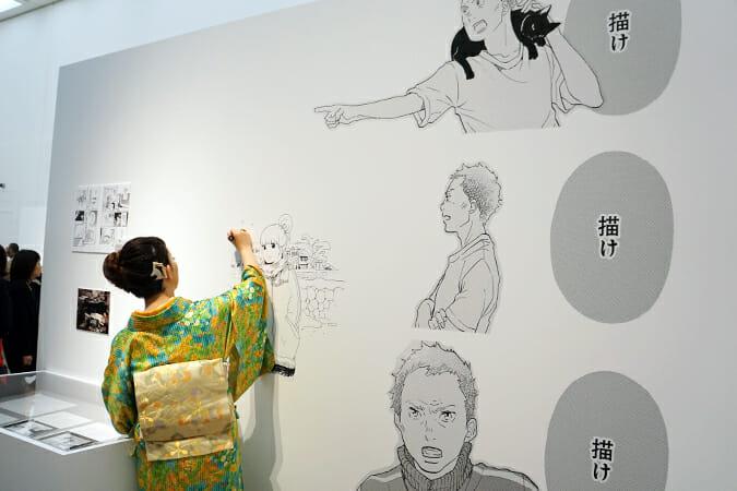 展示パネルに、主人公の林明子を描き足す東村アキコ先生