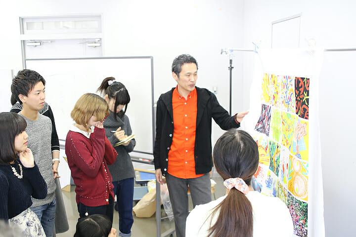 鈴木氏が教授を務める、テキスタイルデザイン専攻領域の授業風景