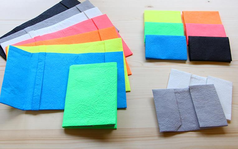 「minna」は、ブランド立ち上げから、コンセプトメイク、プロダクト、グラフィック、パッケージ、ウェブなどトータルでデザイン。和紙の良さとされている生成りを隠して、ネオンカラーと黒と白とグレーで塗装