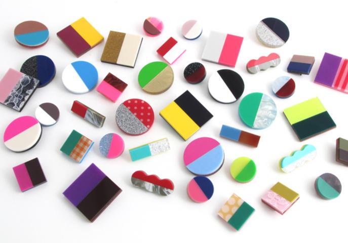 ショップオリジナルの什器やアクセサリーなど、特注の色柄のアクリル板の波材を組み合わせてつくられた、ほぼ1点物のバッジ「Re:Acryl badge」