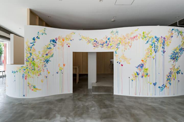 植田志保氏によるアートワークが印象的な曲線の壁