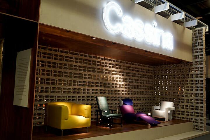 red and blue chairのパッド付きなど往年の名作家具のカラーや仕上げを変えて展示していたCassina