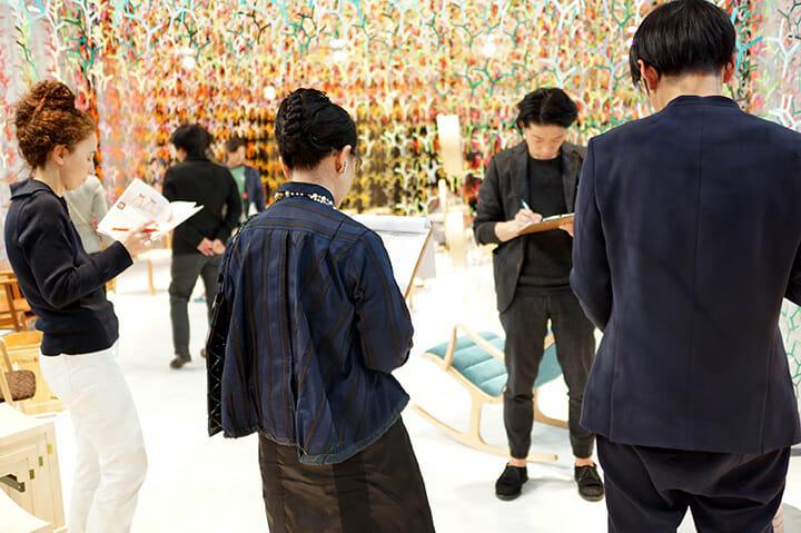 パリ展で審査を終えている小泉審査員長を除く4名の審査員は、事務局より説明を受けながら審査を行った
