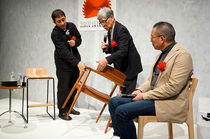 「KISARAGI」を手にその特徴を説明する川上氏(中央)、左は小泉誠氏、右は榎本文夫氏