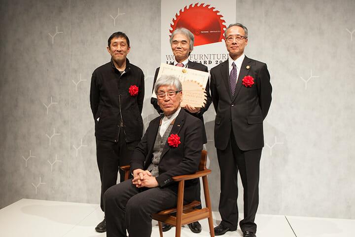 「KISARAGI」に座るのはデザイナーの川上元美氏、後列左から審査員長の小泉誠氏、飛驒産業の岡田贊三氏、林野庁長官の今井敏氏