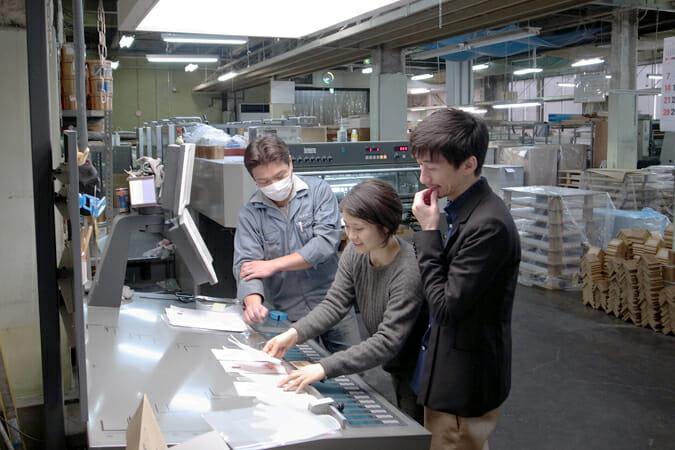 福永紙工で試作を重ねる、八谷英俊さんと八谷友子さん