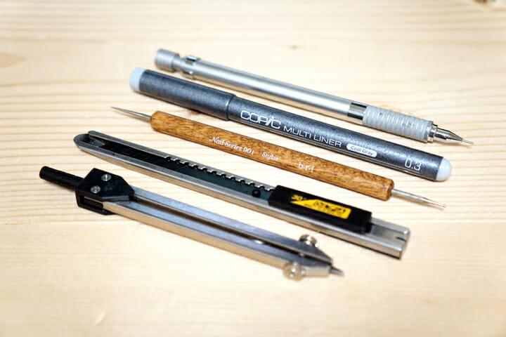 ステッドラーの0.3mmのペン、コピックのグレー、スタイラス、カッター、ディバイダー、愛用の筆記道具