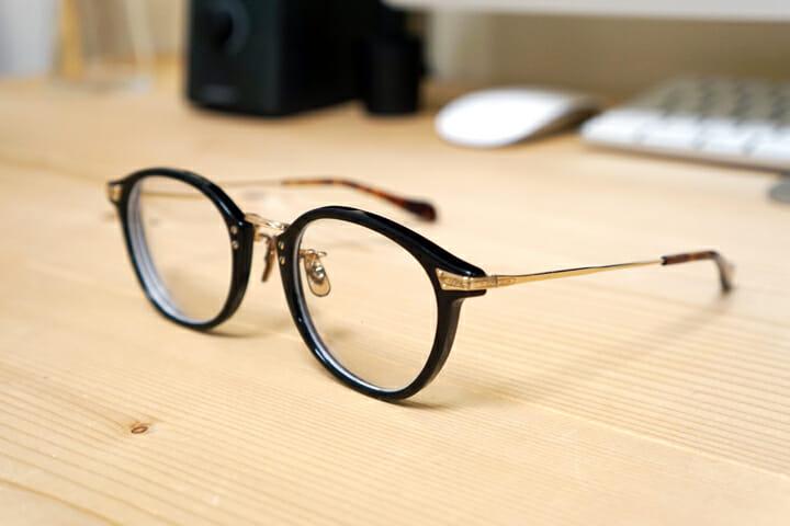 愛用の眼鏡は「OLIVER PEOPLES」。クラフトマンシップを感じさせる仕上がり