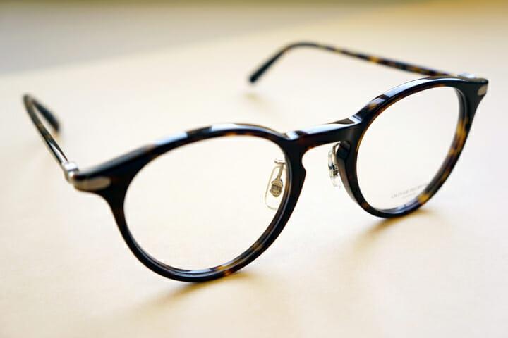 新調した眼鏡はOLIVER PEOPLESの「WALSEN col.COCO2」。こちらはよりシンプルで洗練されたデザイン