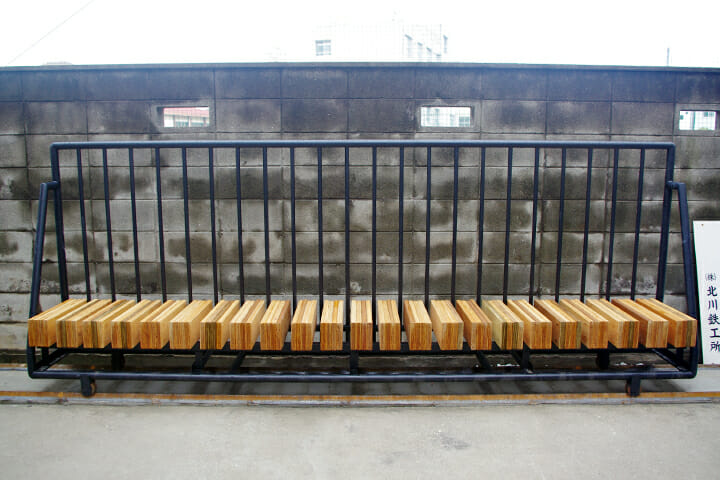 社宅時代の門だった部分をベンチに再利用。ランドスケープデザインは環境デザイン事務所・素地(soji)が手がけた