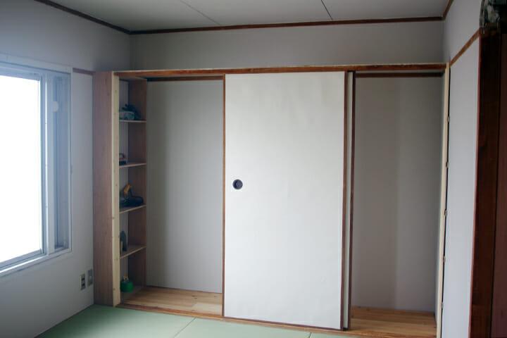押入れから外されたふすまなどを別の部屋で収納スペースをつくるのに利用