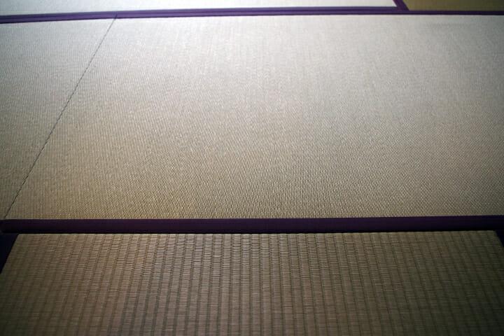 紙やすりの壁紙に合わせて、畳も部屋ごとに番数を変えている
