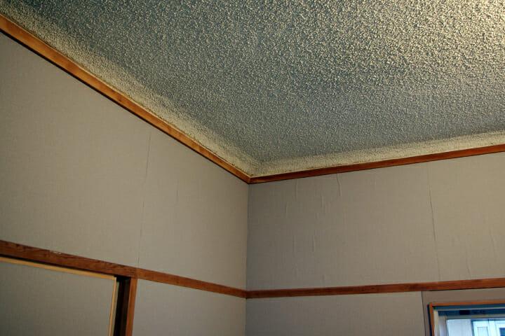 壁紙の代わりに紙やすりを使用した「やすりの部屋」。既存の天井はそのまま残した
