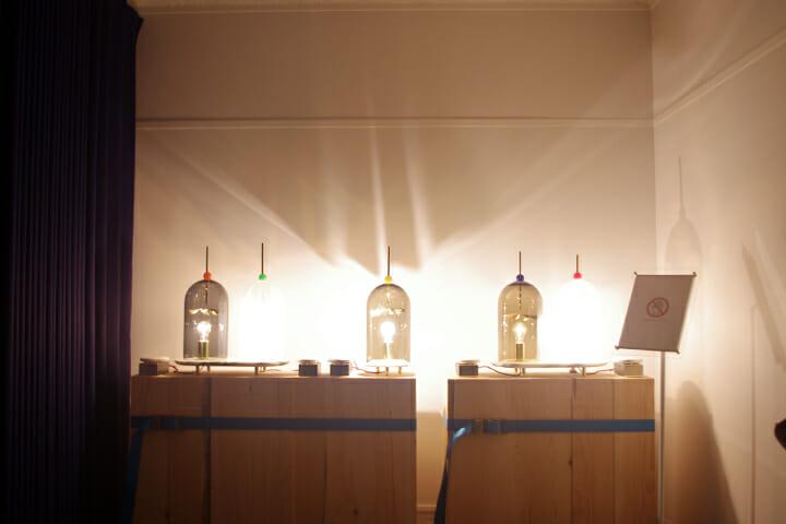 オリジナルの照明を部屋の中心となる場所に設置