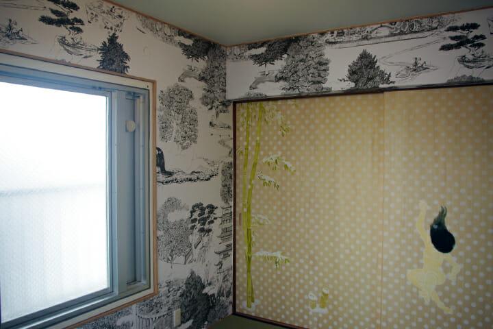 盆栽や植物のイメージしたイラストが空間全体を覆うインスタレーションのようなつくり