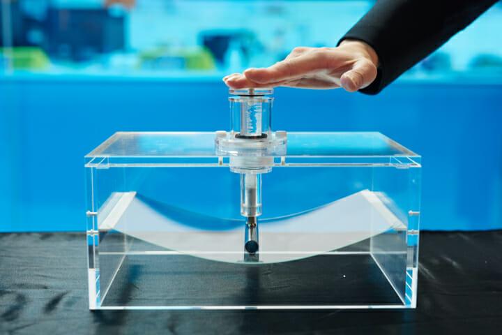 一般的な窓ガラスとして使用されるガラスと比べて表面強度が高く、軽くてしなやかでキズつきにくいガラス