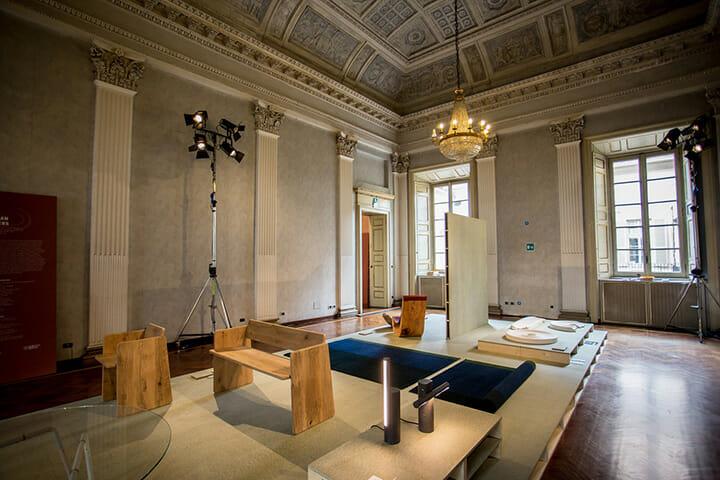 「A Matter of Perception」展の「Belgium is Design」の展示空間、手前の椅子はジュリアン・ルノーの作品 ©MikkoMikko Studio