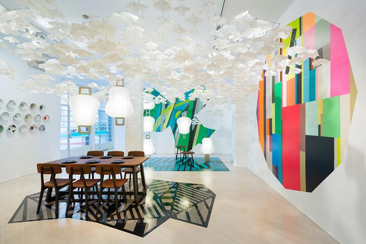 岐阜県の「CASA GIFU」展示の様子、左の椅子とテーブルは杉圧縮柾目材を使った飛騨産業の「Gifoï」、DANESEでの販売が決まっているという、壁と床を彩るのはニトムズのテープ「HARU stuck-on design;」展示デザインはSPREAD、Photography:Takumi Ota