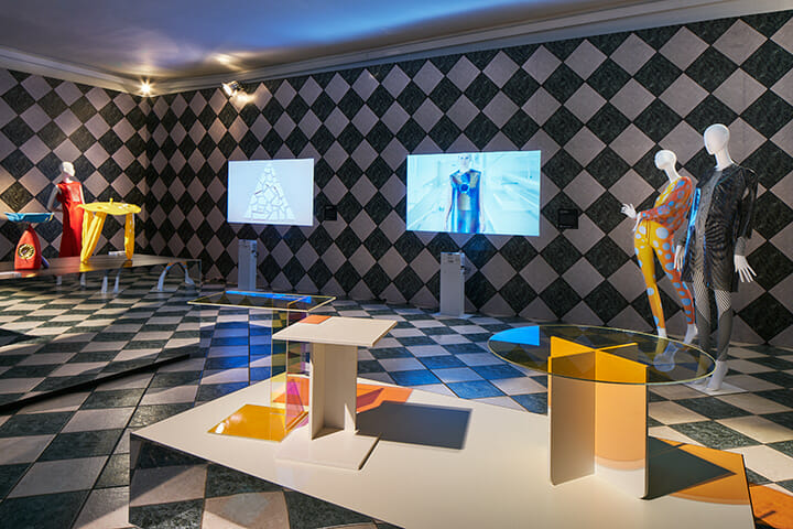 オランダのデザイン誌『FRAME』の「What's the matter?」展、手前のテーブルは偏光フィルムを用いたKUKKA STUDIOによる「ABCD and O」。