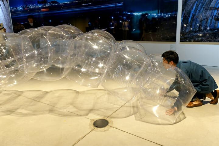つむ/ライト・アーチ・ボリューム(403architecture [dajiba]、Photo:木奥恵三):空気で膨らませたビニールのピースを積み上げることで、橋をつくる体験型の作品