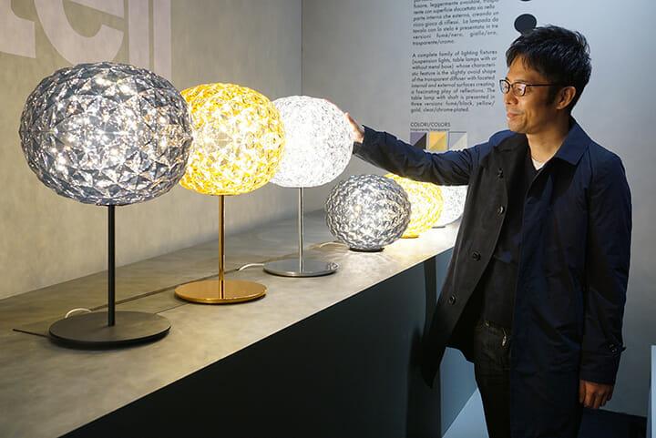 Kartellにて、新製品の照明「PLANET」と共に吉岡徳仁氏