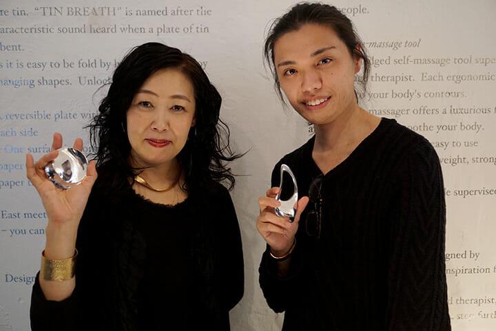 collinetteを手にNAGAE+の鶴本晶子氏(左)とcollinetteのデザイナー松山祥樹氏(右)、ロッサーナ・オルランディにて