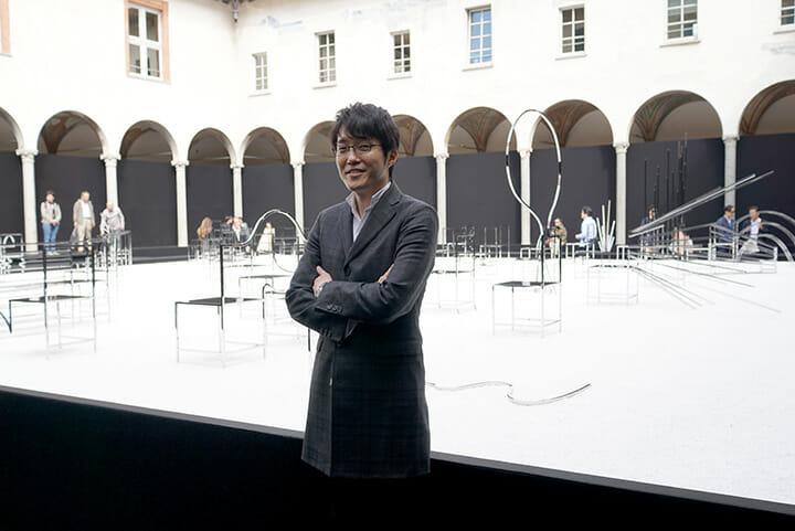 nendo自身による個展「50 manga chairs」、展示を前にしたnendoの佐藤オオキ氏。ミラノでの経験は多いが屋外での展示は今回が初だった