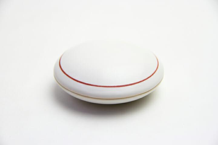 Ceramic Case/蓋の縁に赤いラインが入った陶器のケース。朱肉入れや小物入れに