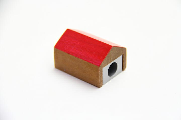 Pencil villa/PAPIER LABO.でもお馴染みの家形鉛筆削り。赤い屋根はMINA-TO限定